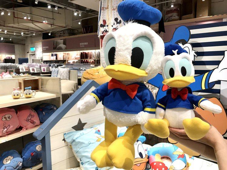 HOLA迪士尼系列唐老鴨Q版玩偶50cm原價1,200元,特價999元;25cm...