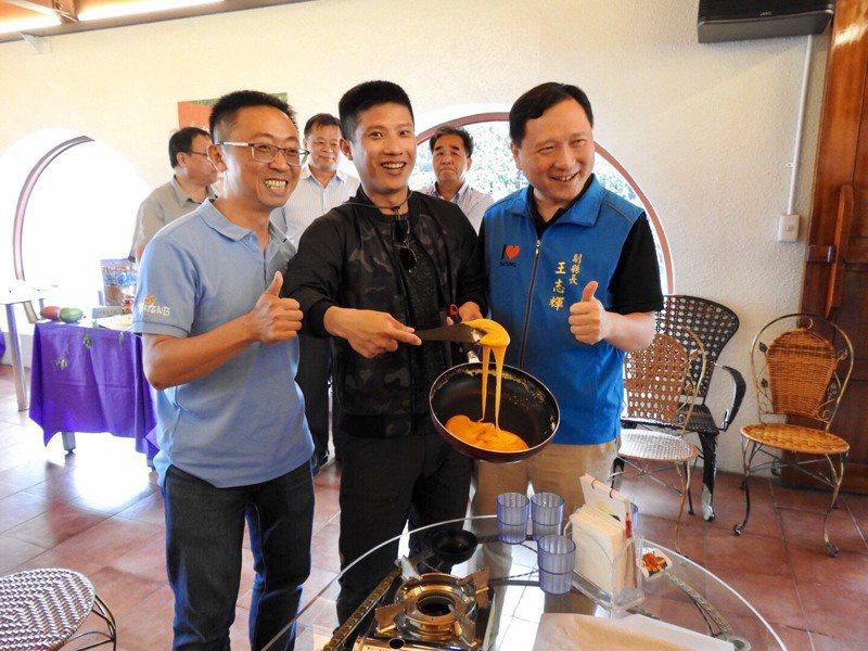 台東縣副縣長王志輝(右)表示,推出「幸福台東.農遊趣」一系列國旅活動,讓大家看見台東優質農業的內涵。圖/台東縣政府提供