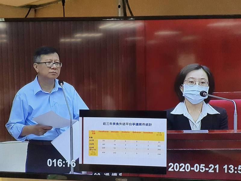 台北市議員潘懷宗(左)下午在議會質詢指出,他發現美食外送平台消費爭議案件一直上升,又以平台業者單方取消訂單衍生出的爭議最多。記者楊正海/攝影