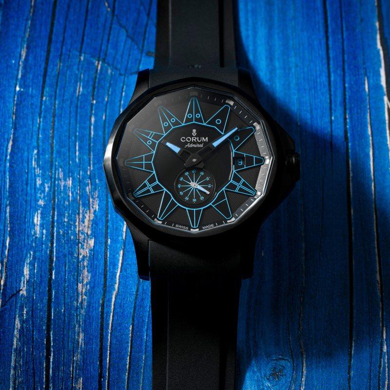 清一色「黑」化的Corum Admiral 42 Automatic Full Black腕表,用黑色勾勒出藍色的鮮明魅力,自動上鍊機芯,時間顯示,全球限量100只,18萬5,000元。圖 / Corum提供。