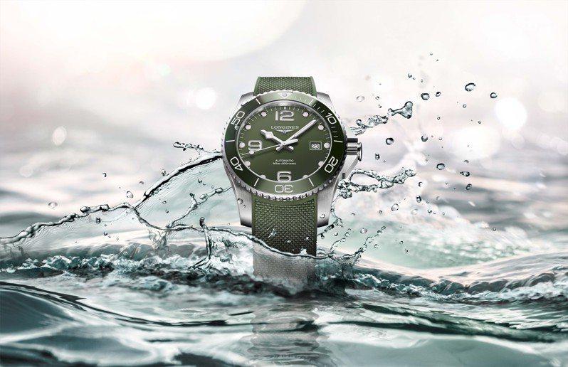 浪琴的深海征服者HydroConquest綠色款,特殊調製的卡其綠表面,假使搭配上白色卡其襯衫,就頗有夏天的海灘氣息。時間顯示,自動上鏈機芯,防水300米,51,900元。圖 / Longines提供。