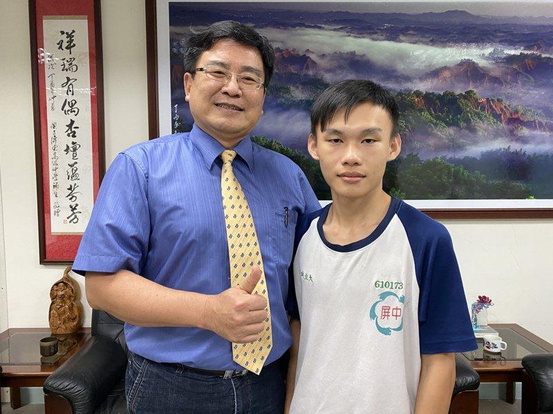 屏東高中校長陳國祥(左)稱許邱立大克服家中困境,展現樂觀向學態度。記者劉星君/攝影