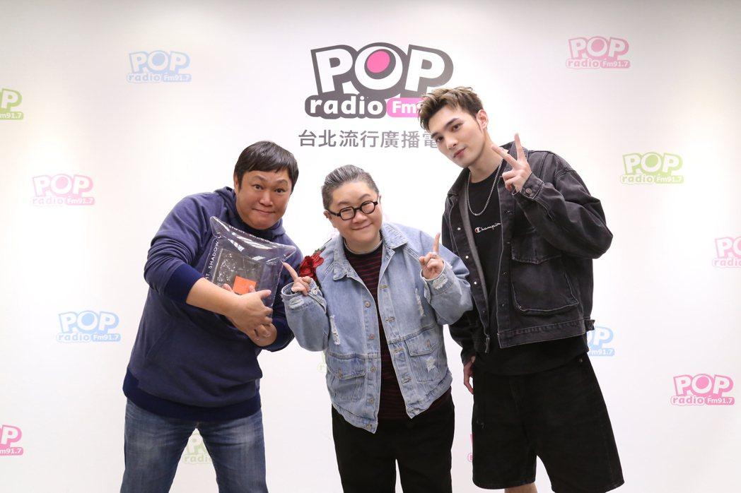黃偉晉(右)上電台節目「幕前幕後偷偷看」。圖/POP Radio提供