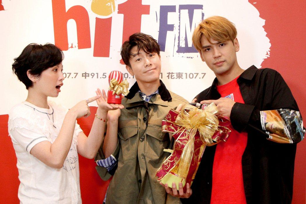 陳零九(右)、魏如萱(左)送上禮物,讓單身的韋禮安直喊尺度大。圖/Hit Fm聯