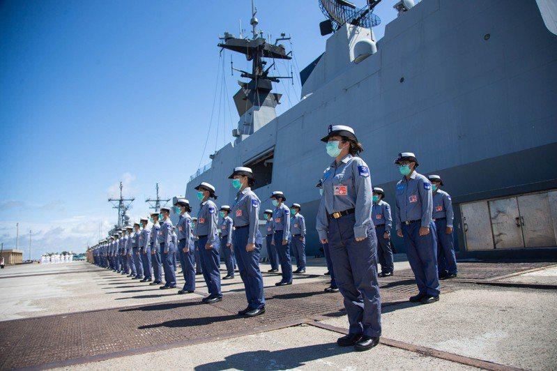 海軍敦睦艦隊磐石艦爆發染疫事件,曾讓國防部長嚴德發被點名下台。圖/國防部提供