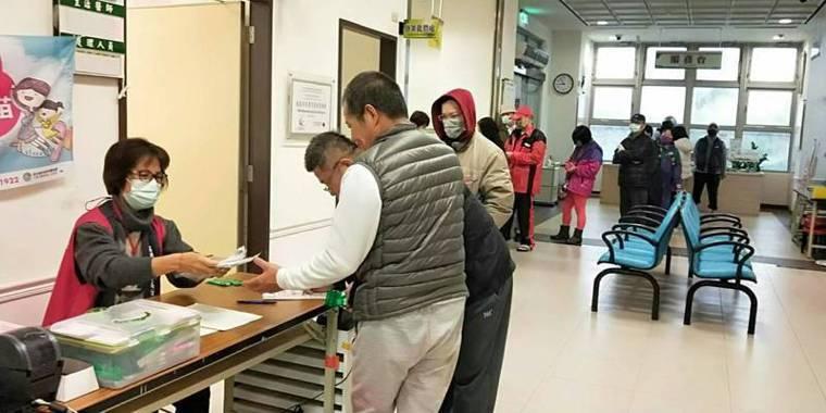 近期疫情逐漸趨緩,桃園市衛生局今天宣布,市內9區販售實名制口罩的衛生所,自周六(...