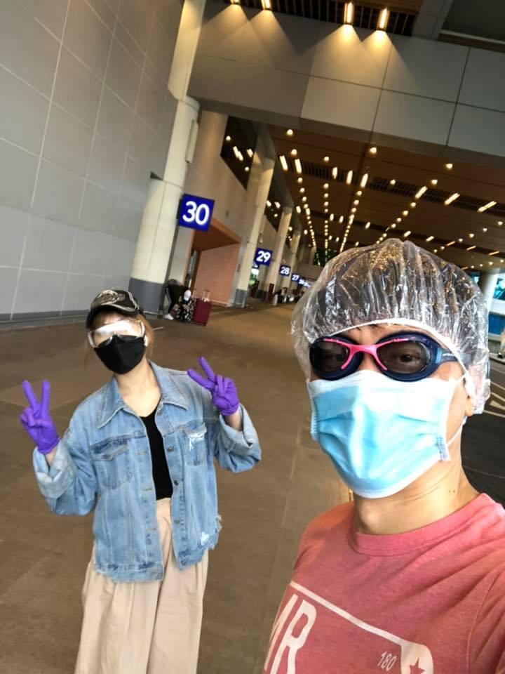侯昌明(右)全副武裝到機場接女兒。圖/摘自臉書