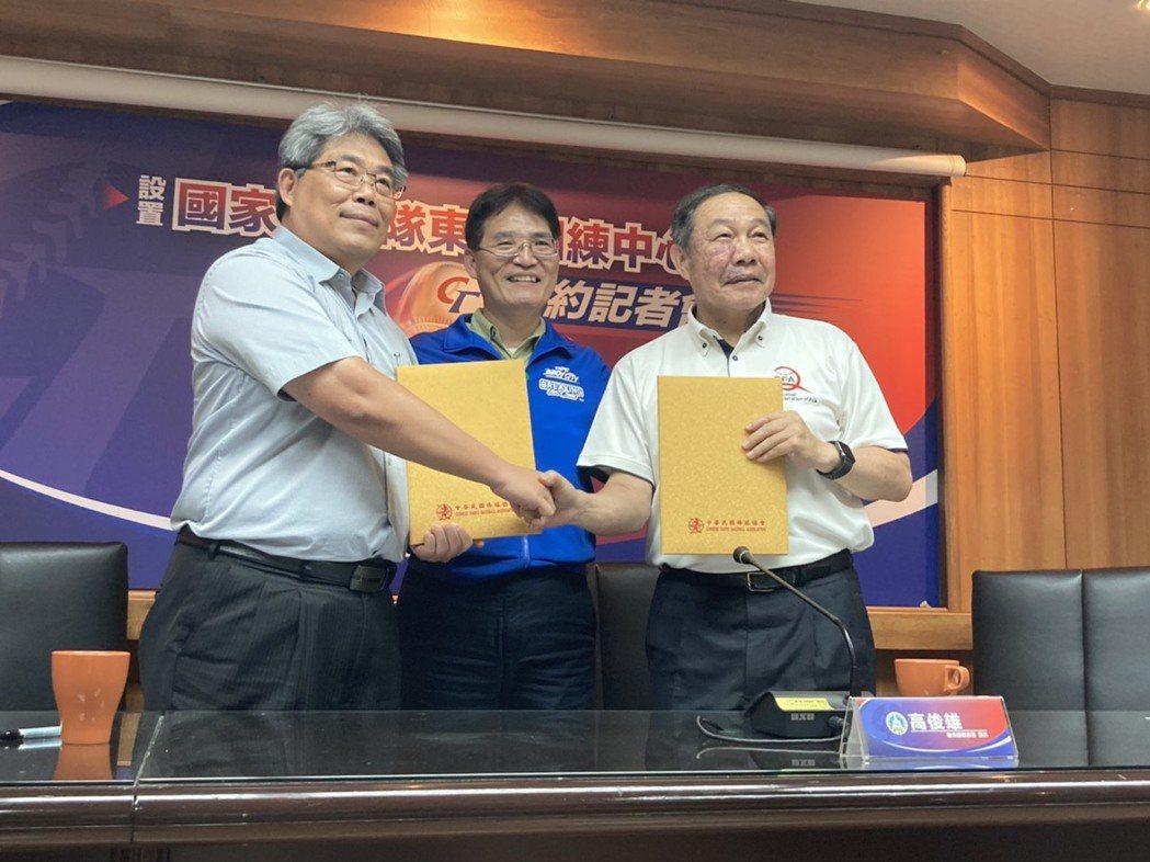 透過體育署署長高俊雄(中)牽線,中華棒協副理事長林華韋(右)與東體校長林鴻源(左
