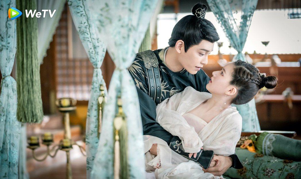 丁禹兮(後)與趙露思在「傳聞中的陳芊芊」中組「成交夫婦」。圖/WeTV提供