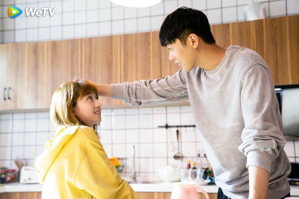 梁靖康(右)在「暖暖請多指教」遇李凱馨秒變護妻狂魔。圖/WeTV提供