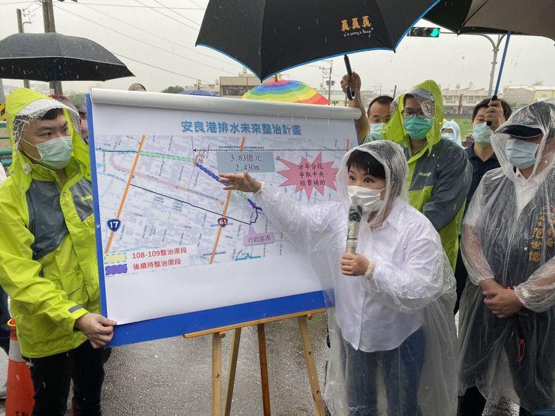 台中市長盧秀燕(左二)今天下午3時,冒雨到場關心安良港大排整治情況。記者趙容萱/攝影