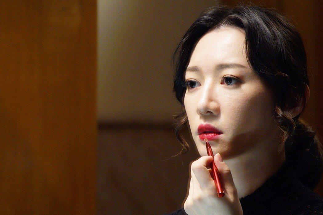 李杏飾演高級招待所經理。圖/公視提供