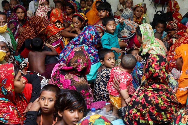 孟加拉沙特基拉區(Satkhira)一間避難所湧入大批民眾。如何在撤離災民的同時兼顧新冠肺炎的社交隔離等防疫措施,成為當局的一大難題。路透