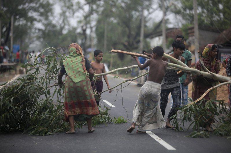 熱帶氣旋安芬21日侵襲孟加拉灣附近的布克哈利村,造成樹木連根拔起。歐新社