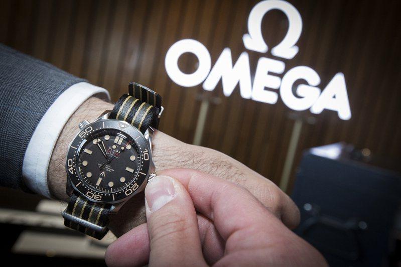 屬於007第25部電影的OMEGA 007海馬限量表款,搭配復古的表面成色,並可選擇鈦金屬網紋表帶,或NATO表帶。圖 / OMEGA提供。