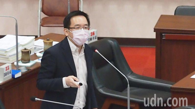 民進黨高雄市議員陳致中要求青年局不能成貸款局,要應務實面對青年問題。記者王慧瑛/攝影