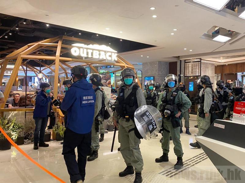 大批港警趕赴元朗商場驅離集結集眾。圖/取自香港電台