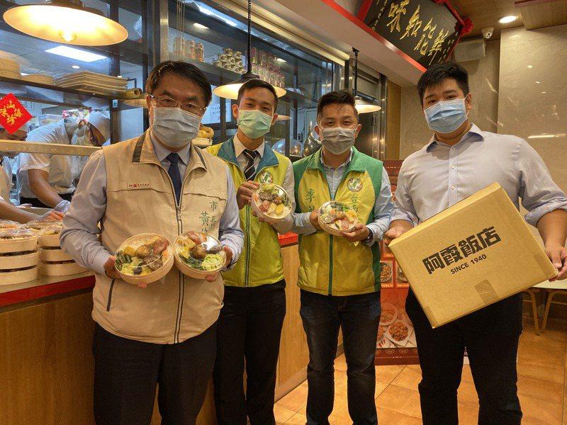 台南市長黃偉哲(左一)請經發局建置「台南便當大隊線上點餐平台」,方便企業訂餐,也讓餐廳業者增加銷售管道。記者鄭維真/攝影