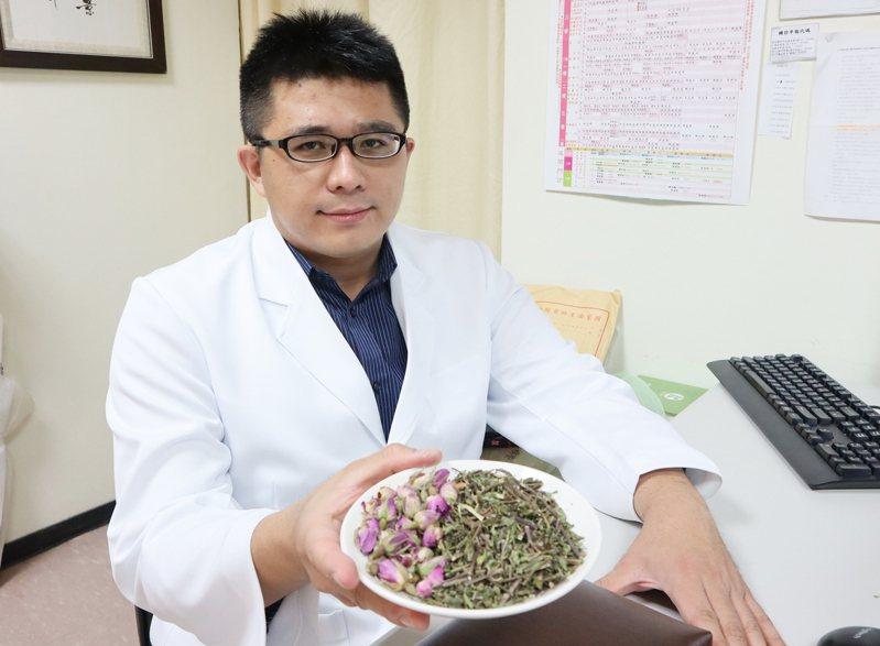 衛生福利部台北醫院中醫科醫師賴博政建議自製「玫瑰薄荷疏肝茶」,以食療幫助疏肝解鬱、安神定心,減緩失眠困擾。圖/台北醫院提供