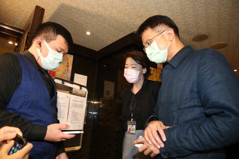 北市酒店日前復業,副市長黃珊珊(中)率隊輔導,要求業者落實實名制,並徹底實施消毒。圖/聯合報系資料照片