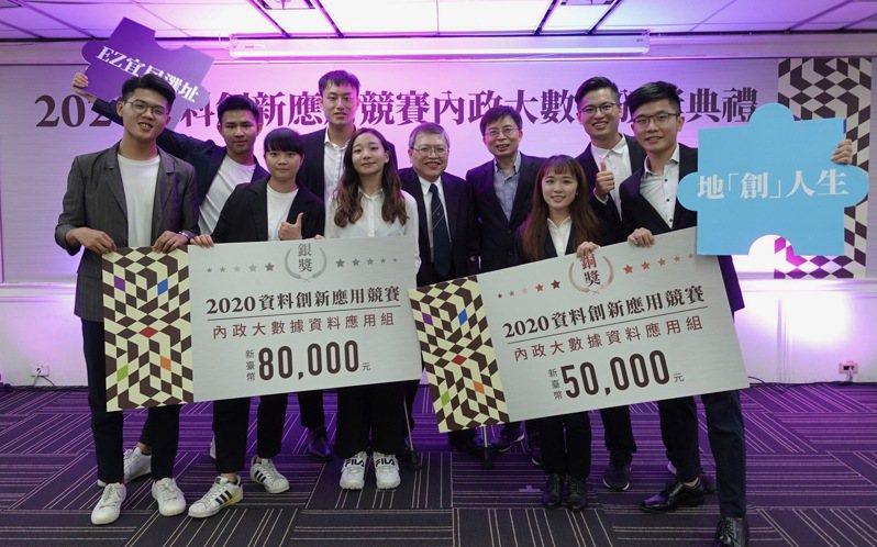 中金院成立全台第一個人工智慧學系(AI系),首度組隊參賽即獲內政部銀、銅獎肯定,今年成立科技金融研究所向上布局高端科技金融人才。 圖/中信金融管理學院提供