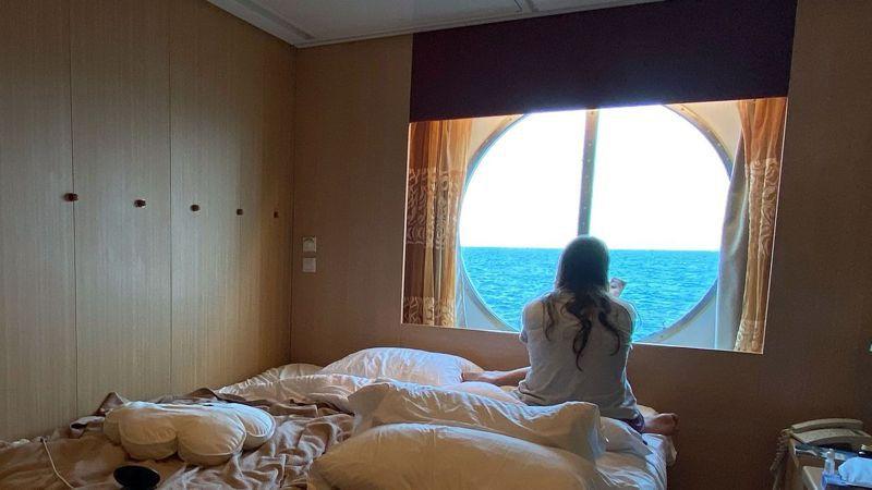來自巴西的薩達尼亞4月在「名人無限號」艙房看著窗外發呆。他原本期望在郵輪工作展開新生活,卻因疫情受困海上2個多月。 法新社