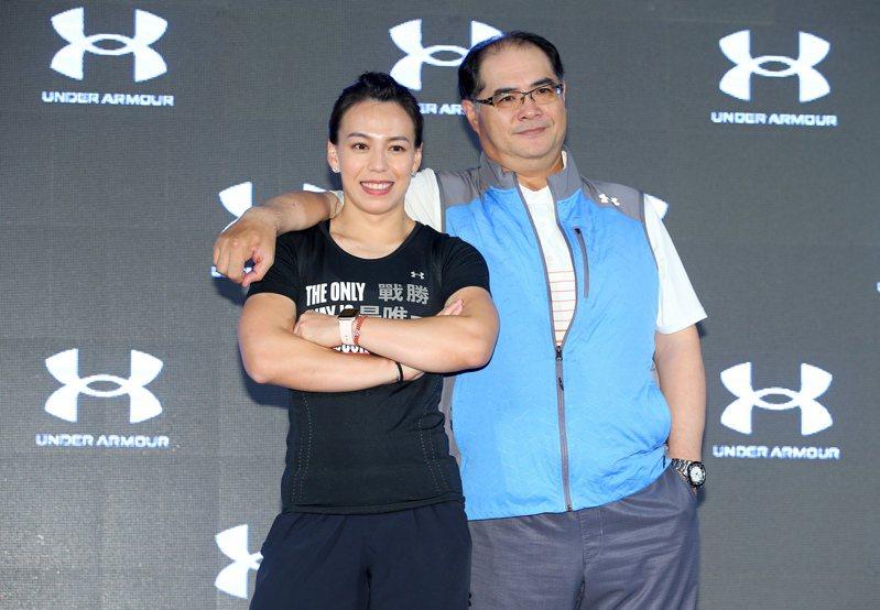 我國舉重女神郭婞淳(左)與教練林敬能(右)一同出席運動品牌UNDER ARMOUR記者會。