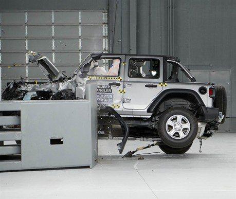 影/Jeep Wrangler進行撞擊測試竟翻車 原因仍是個謎