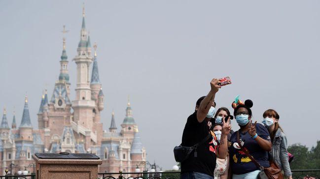 上海迪士尼樂園本月重新開園,遊客戴口罩入場。在新冠肺炎疫情尚未平息,疫苗也還無著...