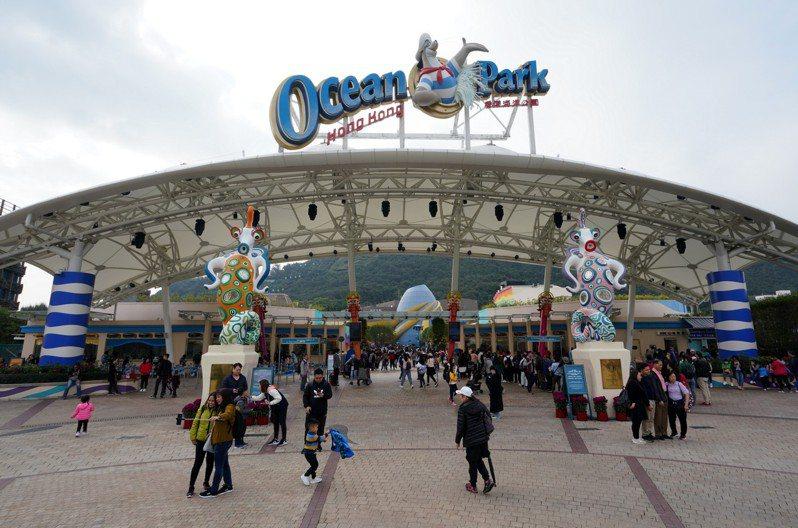 港府希望海洋公園脫離傳統主題公園發展模式,重新定位。圖為海洋公園正門。(中通社)
