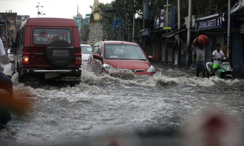 強烈熱帶氣旋安芬雖在今(22日)降為熱帶低氣壓,但之前帶來的強風豪雨重創印度東岸和孟加拉,至少有100人死亡,上千萬人受災。 歐新社