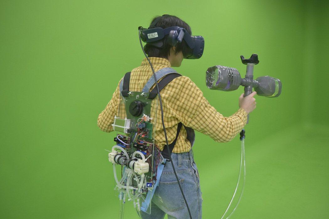「Funmer(重力衣)」為穿戴式的動態水流系統,模擬物體在身上真實的承重感。 ...