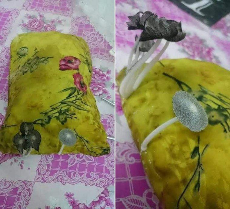 一名網友PO出兩張枕頭照片,只見枕頭上留著口水沾溼乾掉後泛黑的痕跡,旁邊竟然還長...