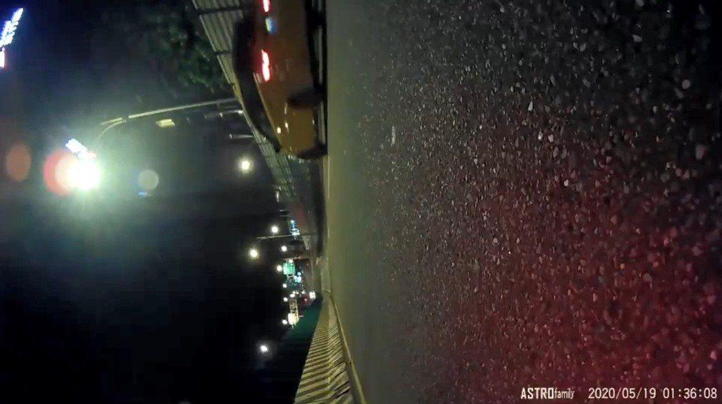 重機倒地後可看到一台小黃駛離現場,據傳是載車主追車的善心人士。 圖/翻攝自臉書影...