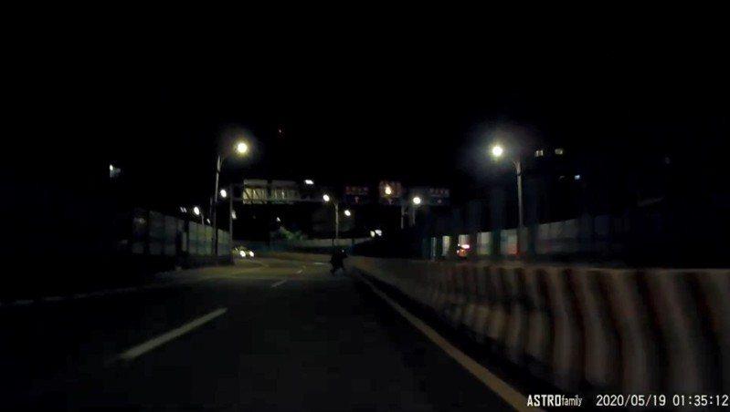 重機車主擦撞護欄被彈飛,翻滾數圈後隨即起身追車。 圖/翻攝自臉書影片