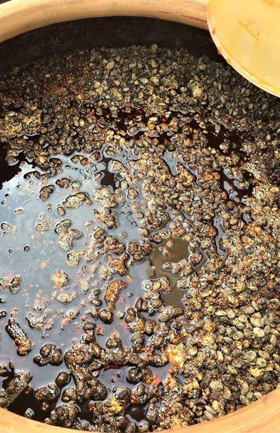「醬缸甕裡的微生物就像一個大生態圈。」他說,醬缸裡還有不同微生物作用著,每種每分...