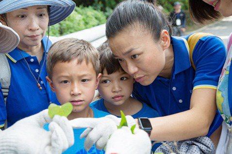 金百利克拉克台灣分公司總裁閔慧琳(右)表示,公司領先業界率先推動FSC環保驗證紙...