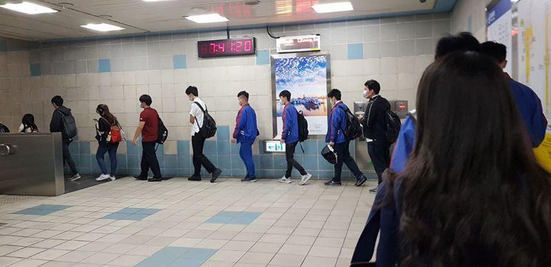 海山捷運站的學生排隊搭手扶梯,自動保持間隔。 圖/翻攝自「爆廢公社二館」