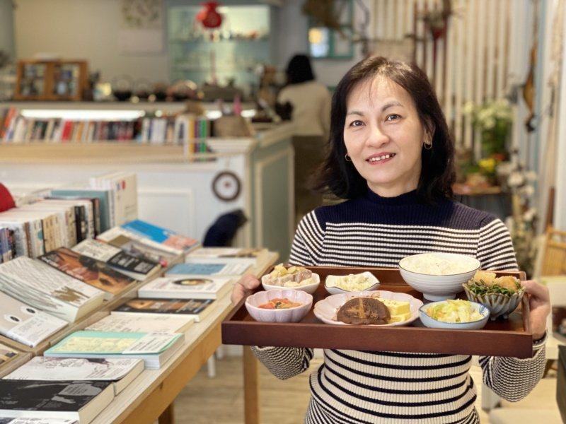 南投姑娘林秀惠選擇來金門逐夢開起書店,她用自己獨到的眼光與用心,成功在此扎根。 ...