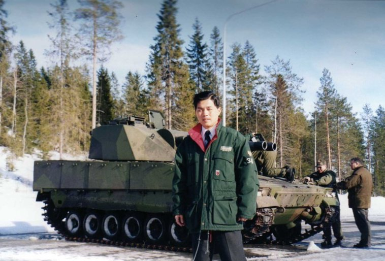 黃俊麟過去從事軍職,2002年在奧地利輕戰車測試場。 圖/黃俊麟提供