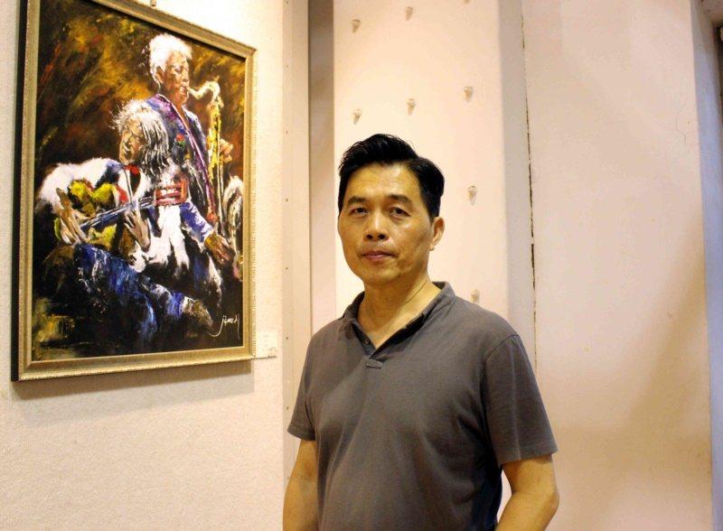 62歲的黃俊麟從軍職退休,拾起畫筆展現繪畫天分。 圖/林敬家 攝影