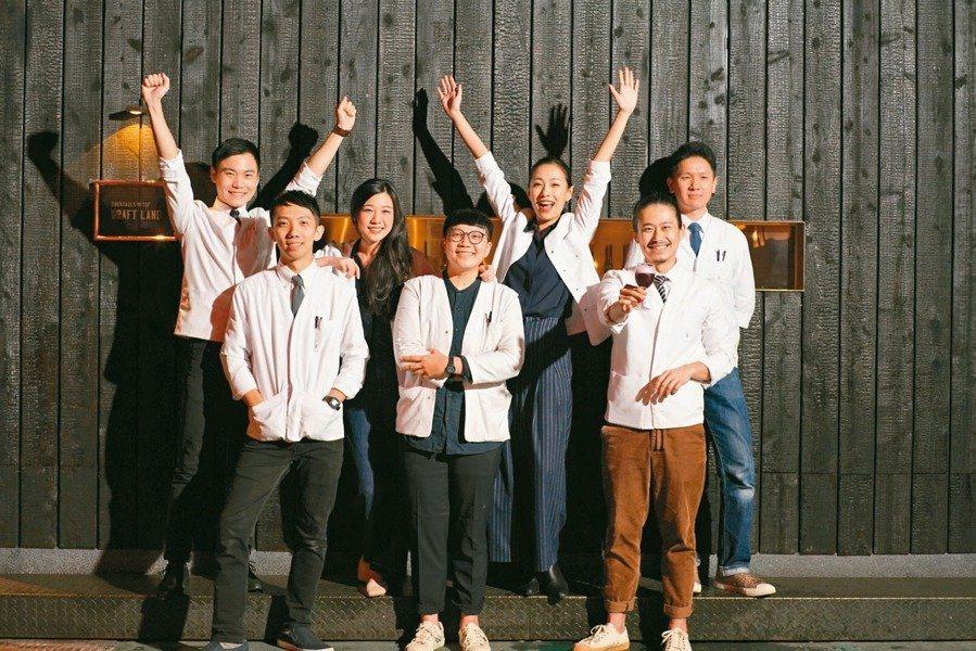 鄒斯傑(前排右一)相當珍惜如今志同道合的夥伴們。 圖/鄒斯傑提供