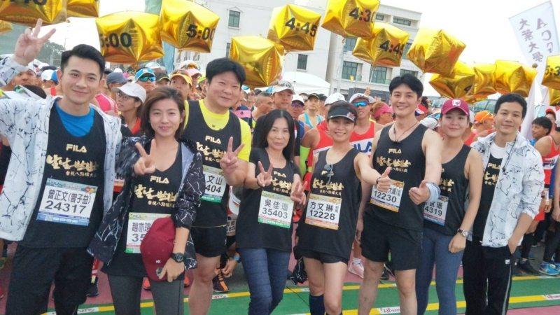 方文琳(右四)曾帶領「生生世世」演員群參加馬拉松比賽。 圖/台視提供
