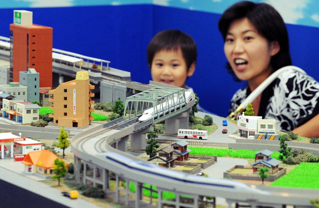 有些家長還因為小孩是鐵道迷,所以自己也買了不少鐵道書籍,結果自己反過來也成了鐵道...