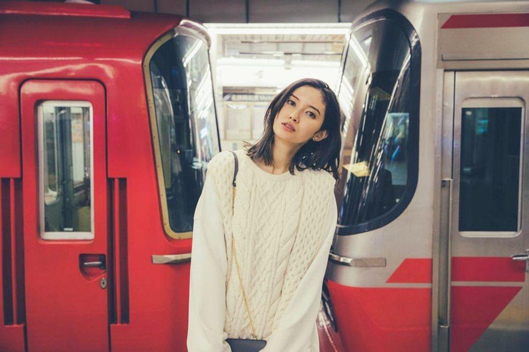 「車輛鐵」市川紗椰,也出版了有關輿鐵道話題的書籍和寫真。 圖/市川紗椰《鉄道につ...