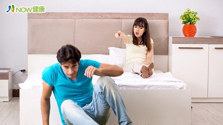 老張發現自己晨勃次數越來越少,陰莖硬度變軟像香蕉,性慾一來勃起後3秒軟,老婆氣得...