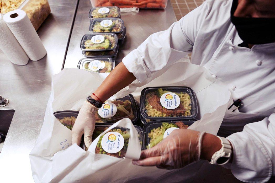 圖為紐約一間餐廳,特別提供辛苦防疫的醫護人員餐點。 圖/法新社