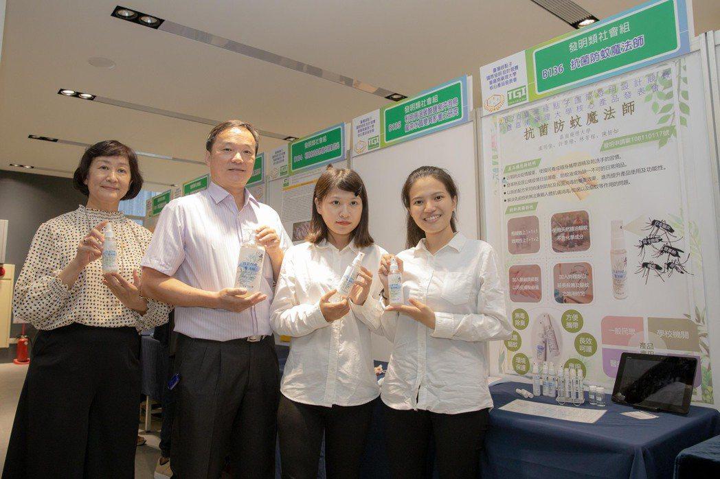 環資系盧銘俊老師(左二)帶領學生一同研發抗菌防蚊液正申請專利中。 嘉藥/提供