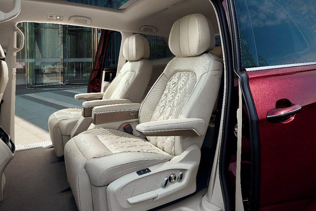 福斯Viloran第二排行政級座椅採用真皮透氣材質,搭配菱格以及電動調整、通風/...