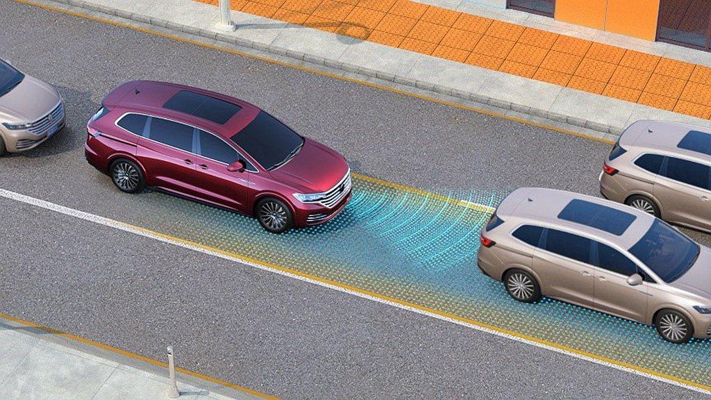 行車輔助系統與半自動駕駛的盛行,導致現代汽車必須配備相當多電子感應設備。 圖/V...